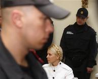 """Юлия Тимошенко в здании суда в Киеве, 29 июня 2011 года. Президент Украины Виктор Янукович заявил, что не вмешивается в судебный процесс против своего политического оппонента Юлии Тимошенко, который, по его мнению, благодаря широкому освещению в прессе сделал экс-премьера """"звездой"""". REUTERS/Vladimir Sindeyev"""