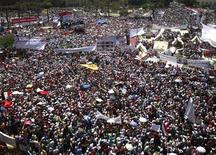 Демонстранты на площади Тахрир в Каире 8 июля 2011 года. Тысячи египтян собрались на площади Тахрир в Каире в пятницу, чтобы потребовать ускорения проведения реформ и судебных разбирательств над бывшими чиновниками свергнутого правительства экс-президента страны Хосни Мубарака, обвиняемыми в коррупции и убийствах.   REUTERS/Asmaa Waguih