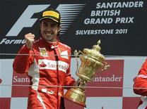 O espanhol Fernando Alonso comemora vitória do Grande Prêmio da Inglaterra em Silverstone, Grã-Bretanha. 10/07/2011 REUTERS/Nigel Roddis