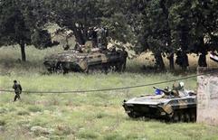 Сирийские танки в поселке Арида близ ливано-сирийской границы, 20 мая 2011 года. Сирийские военные убили как минимум одного и ранили 20 мирных граждан в Хомсе, сообщили местные жители, ставшие в понедельник свидетелями одного из самых масштабных рейдов армии, преследующей восставших против многолетнего правления президента Башара Асада. REUTERS/Mohamed Azakir