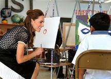 A princesa Kate, duquesa de Cambridge, conversa com o menino Fernando Osuna num centro de artes para crianças carentes numa região pobre de Los Angeles. 10/07/2011 REUTERS/John Stillwell/Pool