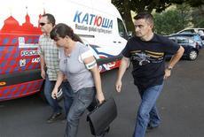 <p>La police devant la caravane de l'équipe Katusha. Le coureur russe Alexandr Kolobnev a été exclu lundi soir du Tour de France par son employeur, l'équipe Katusha, après avoir été contrôlé positif à un produit diurétique. /Photo prise le 11 juillet 2011/REUTERS/Stefano Rellandini</p>