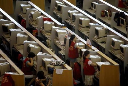 Brokers work next to their computers at the Shanghai Stock Exchange August 18, 2009. Moody's warnings about accounting and governance risks at dozens of small Chinese companies sparked a sell-off in their shares and bonds on Tuesday. REUTERS/Nir Elias/Files