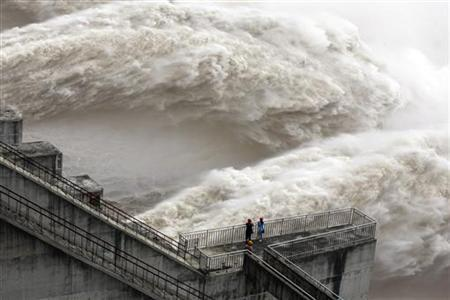 The Three Gorges Dam discharges water to lower the level in the reservoir in Yichang, Hubei province August 5, 2009. REUTERS/China Daily