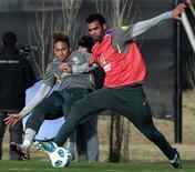 Neymar (esq) e Sandro durante sessão de treino da seleção brasileira em Los Cardales, na Argentina, em 30 de junho. O volante Sandro, do Tottenham Hotspur, foi cortado nesta terça-feira da seleção que disputa a Copa América na Argentina com duas contusões. REUTERS/Paulo Whitaker