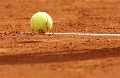 Теннисный мяч на корте в Монако, 13 апреля 2010 года. Три россиянки оступились на старте теннисного турнира Palermo International, проходящего в Италии.  REUTERS/Regis Duvignau