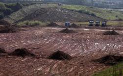 Foto de 1o de junho de 2011 mostra o início do trabalho de terraplenagem no terreno onde será construído do estádio do Corinthians. 01/06/2011 REUTERS/Nacho Doce