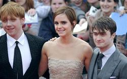 """Emma Watson (centro) ao lado de Rupert Grint (esq) e Daniel Radcliffe na estreia de """"Harry Potter e as Relíquias da Morte - Parte 2"""", na praça Trafalgar, em Londres. 07/07/2011  REUTERS/Dylan Martinez"""