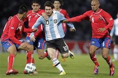 Lionel Messi tenta escapar da marcação de três adversários da Costa Rica durante partida da Copa América. 11/07/2011 REUTERS/Andres Stapff