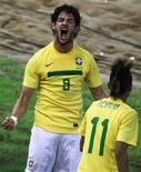 Alexandre Pato comemora com Neymar o gol marcado por ele que abriu caminho para a vitória de 4 x 2 do Brasil sobre o Equador na Copa América. 13/07/2011 REUTERS/Paulo Whitaker