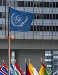 Флаг МАГАТЭ перед штаб-квартирой организации в Вене, 2 декабря 2010 года. Международное агентство ООН по атомной энергии представило Совету безопасности документы, которые считает свидетельствами секретной ядерной программы Сирии, однако Совбез не торопится с действиями на фоне разногласий между ключевыми членами. REUTERS/Heinz-Peter Bader