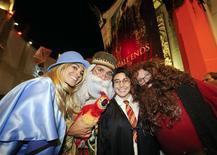 """Fãs de Harry Potter fantasiados aguardam para assistar à sessão de meia-noite de """"Harry Potter e as Relíquias da Morte - Parte 2"""" em Los Angeles. 14/07/2011 REUTERS/Gus Ruelas"""