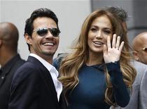 A atriz Jennifer Lopez e seu marido Marc Anthony em cerimônia onde o produtor Simon Fuller foi homenageado com uma estrela na Calçada da Fama, em Hollywood, Califórnia. Foto de Arquivo. 23/05/2011 REUTERS/Mario Anzuoni