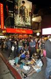"""Multidão faz fila para ver o último filme da saga Harry Potter, """"Harry Potter e as Relíquias da Morte - Parte 2"""", em um minuto após a meia-noite, na área de Hollywood de Los Angeles, Califórnia. No fim de semana de estreia o filme bateu recorde, com US$168 milhões de bilheteria. 14/07/2011 REUTERS/Gus Ruelas"""