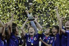 Японские футболистки празднуют победу в чемпионате мира по футболу во Франкфурте-на-Майне, 17 июля 2011 года.  Женская сборная Японии по футболу впервые в своей истории выиграла чемпионат мира по футболу, одолев команду США в серии послематчевых пенальти. REUTERS/Wolfgang Rattay