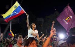Torcedores venezuelanos comemoram vitória contra o Chile nas quartas de final da Copa América, em Caracas. Emocionados ao ponto de lágrimas, milhares de venezuelanos se reuniram na noite de domingo em praças, parques e em meio às principais avenidas do país para comemorar a histórica classificação de sua seleção de futebol às semifinais da Copa América. 17/07/2011 REUTERS/Carlos Garcia Rawlins