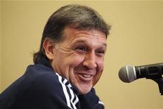 O técnico da seleção do Paraguai, Gerardo Martino, sorri durante coletiva de imprensa em Buenos Aires. Martino reconheceu no domingo que o Brasil merecia ter ganho a partida que perdeu por 2 x 0 para o Paraguai. 18/07/2011 REUTERS/Jorge Adorno