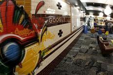 Сотрудники Google в комнате отдыха в офисе в Цюрихе , 9 марта 2011 года. Google Inc ведет переговоры о покупке американской компании InterDigital для расширения своего портфеля патентов, сообщила в четверг Wall Street Journal, ссылаясь на источники. REUTERS/Arnd Wiegmann