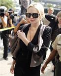 A atriz Lindsay Lohan chega a tribunal em Los Angeles para reportar serviço comunitário de 480 horas que ela deve cumprir por furtar um colar.  REUTERS/Lucy Nicholson
