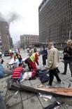 Спасатели помогают одному из раненых взрывом в Осло в пятницу, 22 июля 2011 года. Два человека погибли в результате сильного взрыва в районе правительственных зданий в центре Осло, сообщило норвежское агентство NTB со ссылкой на полицию. (REUTERS/Holm Morten/Scanpix)