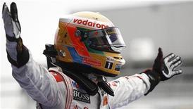 Lewis Hamilton, da McLaren, comemora vitória no GP da Alemanha de Fórmula 1, neste domingo. REUTERS/Alex Domanski