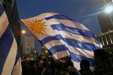 Em Montevidéu, torcedores uruguaios comemoram vitória contra o Paraguai na final da Copa América. As principais avenidas da capital uruguaia se tingiram de celeste no domingo ao som dos festejos dos torcedores logo após a seleção de futebol do país se sagrar campeã da Copa América. 24/07/2011  REUTERS/Jorge Silva