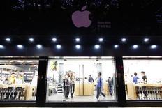 Поддельный магазин Apple Store в Куньмине 22 июля 2011 года. Власти китайского города Куньмин распорядились закрыть два поддельных магазина Apple, отреагировав таким образом на вспыхнувший в СМИ интерес к открытию американского блогера, сообщила местная газета. REUTERS/Aly Song