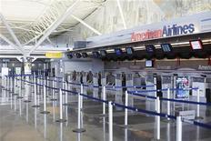 Стойка авиакомпании American Airlines в Международном аэропорту имени Джона Кеннеди (JFK) в Нью-Йорке, 28 декабря 2009 года. Терминал Международного аэропорта имени Джона Кеннеди (JFK) в Нью-Йорке был частично эвакуирован в понедельник после того, как там была обнаружена лежащая без присмотра сумка, сообщил представитель компании American Airlines. REUTERS/Lucas Jackson