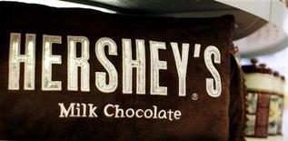 Подушка Hershey's в магазине в Нью-Йорке, 18 ноября 2009 года.  Компания Hershey Co сообщила о превзошедшем ожидания росте квартальных показателей и повысила годовые прогнозы благодаря увеличению продаж новой продукции. REUTERS/Shannon Stapleton
