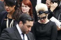 A cantora Kelly Osbourne (direita) sai de cemitério no norte de Londres após o funeral tradicional judaico de Amy Winehouse. 26/07/2011 REUTERS/Stefan Wermuth
