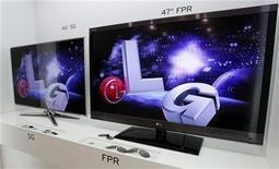 Телевизоры с поддержкой 3D от LG в магазине в Сеуле, 21 июля 2011 года. Квартальная прибыль LG Electronics выросла на 25 процентов, благодаря резкому сокращению убытков в отделении, занимающемся производством мобильных телефонов, а также возвращению к прибыли телевизионного бизнеса. REUTERS/Truth Leem