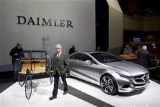Экспозиция компании Daimler в Берлине, 13 апреля 2011 года. Выручка немецкого производителя автомобилей и грузовиков Daimler оказалась ниже ожиданий рынка во втором квартале 2011 года, указывая на возможное ослабление спроса в развивающихся странах. REUTERS/Thomas Peter