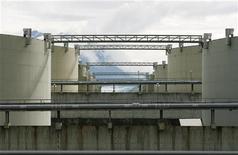 Нефтехранилище в Вальдесе, штат Аляска, 8 августа 2008 года. Запасы нефти в США выросли за неделю, завершившуюся 22 июля, на 2,3 миллиона баррелей до 354,03 миллиона баррелей, сообщило в среду государственное Управление энергетической информации (EIA).    REUTERS/Lucas Jackson