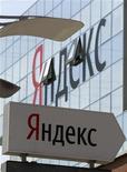 """Указатель """"Яндекс"""" у штаб-квартиры компании в Москве 23 мая 2011 года. Крупнейший российский интернет-поисковик Яндекс показал по итогам дебютного после проведения IPO отчета рост основных показателей, но огорчил инвесторов не дотянувшей до консенсус-прогноза прибылью до уплаты налогов, процентов, износа и амортизации (EBITDA), сказали трейдер и аналитик. REUTERS/Sergei Karpukhin"""