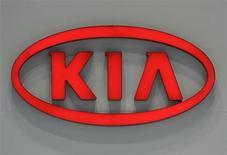 Логотип Kia Motors на автошоу в Сеуле, 2 апреля 2009 года. Kia Motors увеличила чистую прибыль во втором квартале 2011 года на 67 процента, заметно превысив прогнозы за счет продаж на иностранных рынках, в особенности в США. REUTERS/Jo Yong-Hak