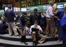 Трейдеры Уолл-стрит следят за ходом торгов, 18 июля 2011 года. Фондовые индексы США упали в начале торгов в пятницу из-за слабых данных о росте американской экономики и на фоне политического кризиса вокруг долговых проблем. REUTERS/Shannon Stapleton
