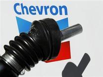 Логотип Chevron на заправочной станции в городе Энсинитас (штат Калифорния), 28 апреля 2011 года. Американская нефтяная компания Chevron Corp увеличила прибыль на 43 процента во втором квартале, превзойдя прогнозы аналитиков, благодаря повышению цен на нефть и рентабельности переработки. REUTERS/Mike Blake