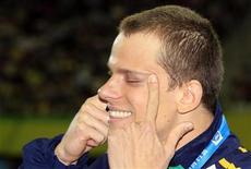 Cesar Cielo depois de conquistar a medalha de ouro nos 50 metros livres em Xangai. 30/07/2011 REUTERS/Bobby Yip