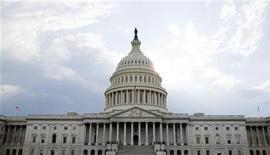 Здание Капитолия в Вашингтоне, 1 августа 2011 года. Соглашение о повышении долгового лимита США в понедельник преодолело самое серьезное препятствие в Конгрессе. REUTERS/Joshua Roberts