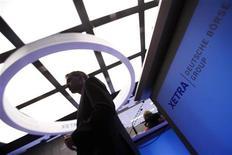 Трейдер в торговом зале Франкфуртской фондовой биржи, 23 мая 2011 года. Европейские рынки акций закрылись снижением в понедельник, так как слабая статистика производства США усилила беспокойство инвесторов о вялом восстановлении крупнейшей экономики мира. REUTERS/Alex Domanski