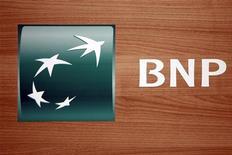 Логотип банка BNP Paribas в Париже, 17 февраля 2011 года. Прибыль BNP Paribas во втором квартале не оправдала прогнозы из-за потерь, связанных с инвестициями в Греции, несмотря на жизнестойкость розничного и инвестиционно-банковского подразделений. REUTERS/Charles Platiau