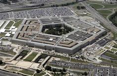 Здание Пентагона в Вашингтоне, 15 июня 2005 года. Высокопоставленный представитель Пентагона призвал во вторник к немедленному прекращению насилия в Сирии, однако назвал маловероятным прямое вмешательство США в конфликт. REUTERS/Jason Reed