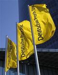 Флаги с логотипом компании Deutsche Post AG в Бонне, 9 марта 2010 года. Deutsche Post DHL, крупнейшая в Европе почтовая компания, повысила прогноз годовой операционной прибыли до верхней границы диапазона 2,2-2,4 миллиарда евро на фоне сокращения издержек и увеличения спроса на транспортные услуги. REUTERS/Ina Fassbender