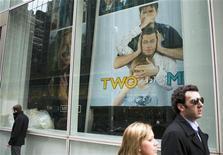 """Pôster numa rua de Nova York em março anunciava o programa de TV """"Two and a Half Men"""" com Charlie Sheen. 09/03/2011 REUTERS/Lucas Jackson"""