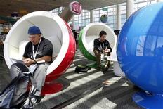 Посетители конференции разработчиков Google изучают продукты компании в бизнес-центре в Сан-Франциско, 10 мая 2011 года. Новая социальная сеть от интернет-гиганта Google Inc привлекла 25 миллионов пользователей, став таким образом самым быстрорастущим веб-ресурсом, который смог набрать такую аудиторию, говорится в отчете comScore. REUTERS/Beck Diefenbach