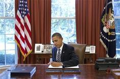 Президент США Барак Обама подписывает программу сокращения дефицита бюджета в Вашингтоне, 2 августа 2011 года. Президент США Барак Обама во вторник подписал программу сокращения дефицита бюджета, сделав ее законом, что позволило повысить долговой лимит страны в последний момент перед там, как у правительства закончились бы деньги, чтобы платить по счетам. REUTERS/Pete Souza/The White House/Handout