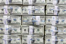 Пачки купюр номиналом $100 в офисе Korea Exchange Bank в Сеуле 10 ноября 2010 года. Золотовалютные резервы России на 29 июля 2011 года достигли значения $535,0 миллиарда, в основном, благодаря положительной переоценке евро и покупкам валюты в ходе интервенций ЦБ РФ, достигнув значений начала октября 2008 года.   REUTERS/Lee Jae-won