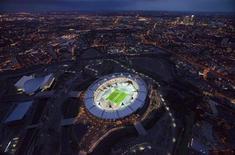 O estádio olímpico de Londres com o número 1 desenhado na grama para marcar a contagem regressiva de um ano até o início dos jogos do ano que vem, em foto de 27 de julho de 2011. A área externa do estádio passará por uma revitalização. 27/07/2011 REUTERS/LOCOG/Divulgação