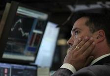 Трейдер Уолл-стрит следит за ходом торгов в Нью-Йорке, 4 августа 2011 года.  Инвесторы устроили на Уолл-стрит худшую распродажу с 2009 года, опасаясь, что США грозит новая рецессия, а европейский долговой кризис распространяется на крупные экономики еврозоны.  REUTERS/Brendan McDermid