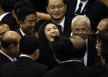 Новый премьер-министр Таиланда Йинглак Чинават в окружении членов парламента в Бангкоке, 5 августа 2011 года. Парламент Таиланда в пятницу впервые в истории страны избрал на должность премьер-министра женщину - сестру прежнего главы правительства Таксина Чинавата. REUTERS/Sukree Sukplang